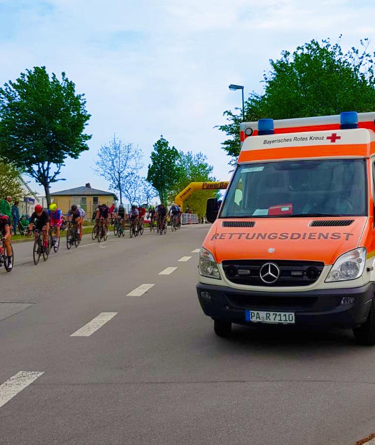 Passauer Bereitschafts Rettungswagen (RTW) beim Radrennen Sanitätsdienst.