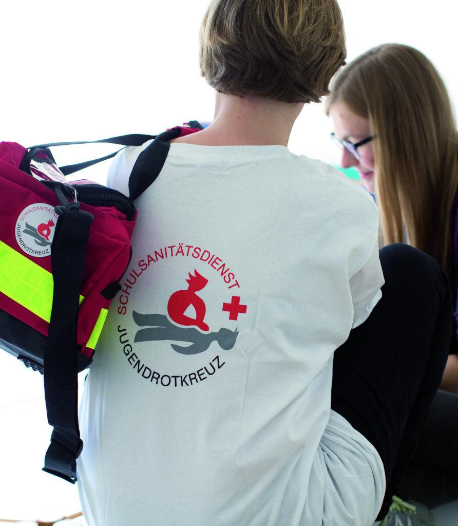 Zu sehen ist ein Schulsanitäter mit Notfalltasche.