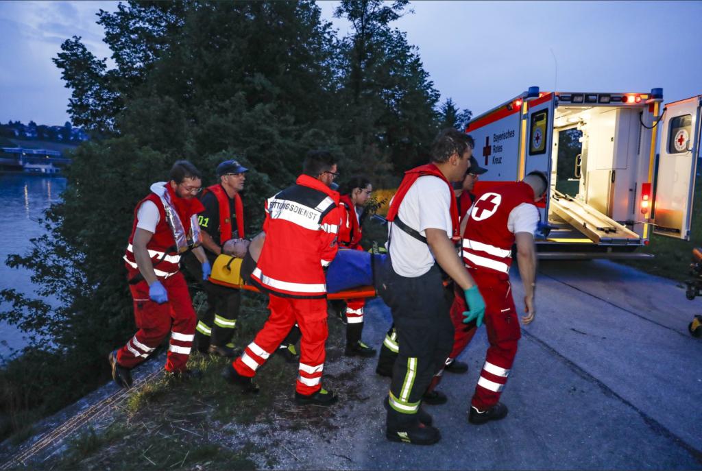 Zu sehen sind Einsatzkräfte beim Transport eines Patienten in den RTW.